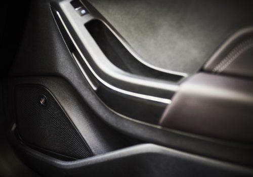 """Für den neuen Ford Fiesta, der Anfang Juli in Deutschland auf den Markt kommt, wird auf Wunsch das B&O PLAY Sound-System des dänischen Harman-Tochterunternehmens Bang & Olufsen erhältlich sein - als eines der ersten Ergebnisse der neuen Kooperation von Ford mit Harman International. Im Mittelpunkt dieser Zusammenarbeit steht die Entwicklung hochwertiger Audio-Lösungen von Bang & Olufsen, die speziell auf den jeweiligen Fahrzeug-Innenraum künftiger Ford-Baureihen zugeschnitten sind. Beim neuen Ford Fiesta umfasst das B&O PLAY Sound-System zehn strategisch angeordnete Premium-Lautsprecher - darunter ein im Kofferraum integrierter Subwoofer sowie ein zentraler Mitteltöner auf dem Armaturenträger. Herzstück der Anlage ist der Verstärker mit digitalem Signalprozessor (DSP), der über den Touchscreen des Multimedia-Konnektivitätssystem Ford SYNC 3 gesteuert werden kann. Die Anlage, ihre Gesamt-Ausgangsleistung liegt bei 675 Watt, erzeugt unabhängig vom Sitzplatz einen außergewöhnlich lebendigen, kristallklaren und satten Sound. Weiterer Text über ots und www.presseportal.de/nr/6955 / Die Verwendung dieses Bildes ist für redaktionelle Zwecke honorarfrei. Veröffentlichung bitte unter Quellenangabe: """"obs/Ford-Werke GmbH"""""""